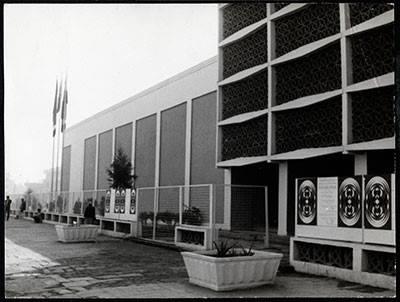 في خطوه مباركة قامت بها دائرة الفنون التشكيلية في وزارة الثقافة بأزالة أحد التماثيل التي لاتمت للنحت العراقي الأصيل بصلة من أمام مدخل قاعة كولبنكيان العريقه وسط بغداد