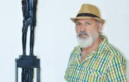 الفائز بالجائزة الاولى الفنان التشكيلي ( هيثم حسن ) عن مسابقة نصب ( شهداء الكرادة )