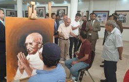 دعت سفارة جمهورية الهند في بغداد مجموعة من الرسامين العراقيين لرسم شخصية المهاتما غاندي